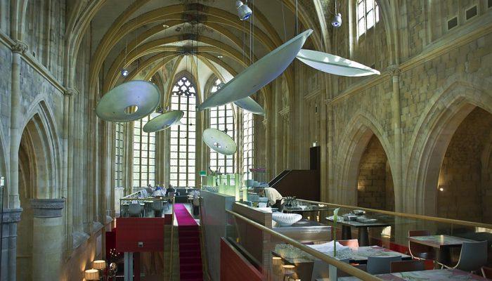 1024px-Kruisherenhotel_Maastricht,_mezzanine_with_restaurant_(5770776737)